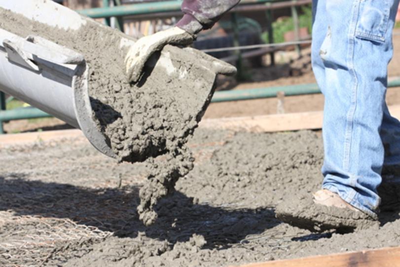 Beton läuft aus dem Betonmischer für eine Bodenplatte
