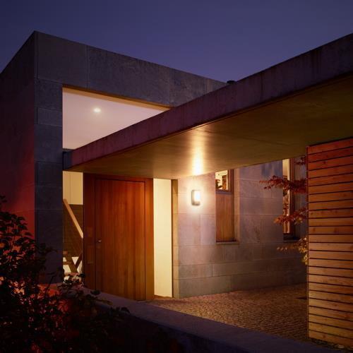 Mit einer Sensorlampe lässt sich der Hauseingang optimal beleuchten.